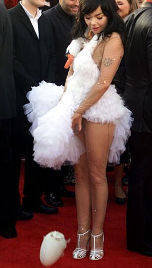 GJENNOMFØRT: Björk «la egg» på Oscar-løperen. Foto: Reuters / NTB scanpix