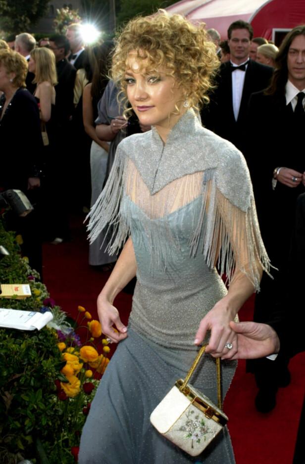 SKIVEBOM: Kate Hudson følte seg både kul og hipp, men motepressen var langt ifra begeistret for Oscar-antrekket hennes i 2001. Foto: AP/ NTB scanpix