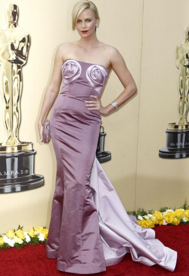 FEIL FOKUS: Flere nettsteder mente at rosene - eller kanelsnurrene - på Charlize Therons brystparti stjal for mye av oppmerksomheten i 2010. Foto: NTB scanpix
