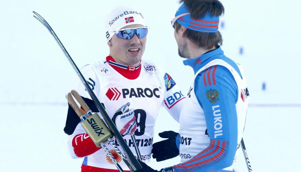 INGEN PROBLEM: Det er ikke Sergej Ustjugov som provoserer i Lahti-VM. Det er svenskene. Her er russeren i hyggelig prat med Finn-Hågen Krogh etter sitt første gulløp. FOTO: Terje Pedersen / NTB scanpix.