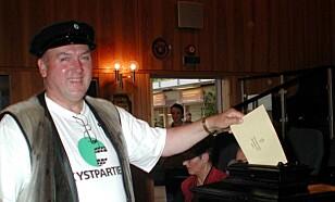 SELSKINNVEST: Med sin karakteristiske vest i selskinn har Steinar Bastesen gjort seg bemerket som en representant for norske fangstinteresser. Foto: Reidun Skoge/SCANPIX