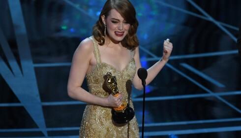 <strong>SEKS PRISER:</strong> Skuespiller Emma Stone mottok pris for beste kvinnelige hovedrolle tidligere i natt for sin rolle i «La La Land». Foto: NTB Scanpix