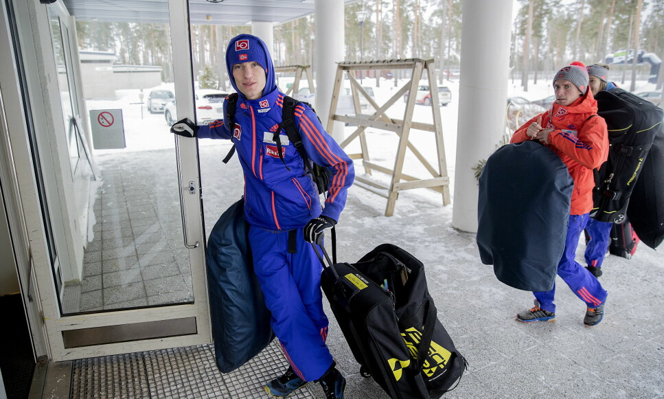 HIT, MEN IKKE LENGER: Daniel-André Tande venter på hoppkompisene ved utøverhotellet etter trening i Lahti. Innenfor er det et sett med regler de må følge. Foto: Bjørn Langsem