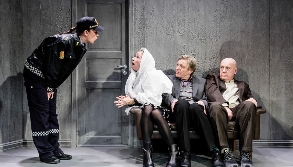 ÆRESDRAP: Shabana Rehman reagerer på at det ikke er noen skuespillere med minoritetsbakgrunn i komedien «Hvem har æren» på Oslo Nye Teater. Foto: Oslo Nye Teater.