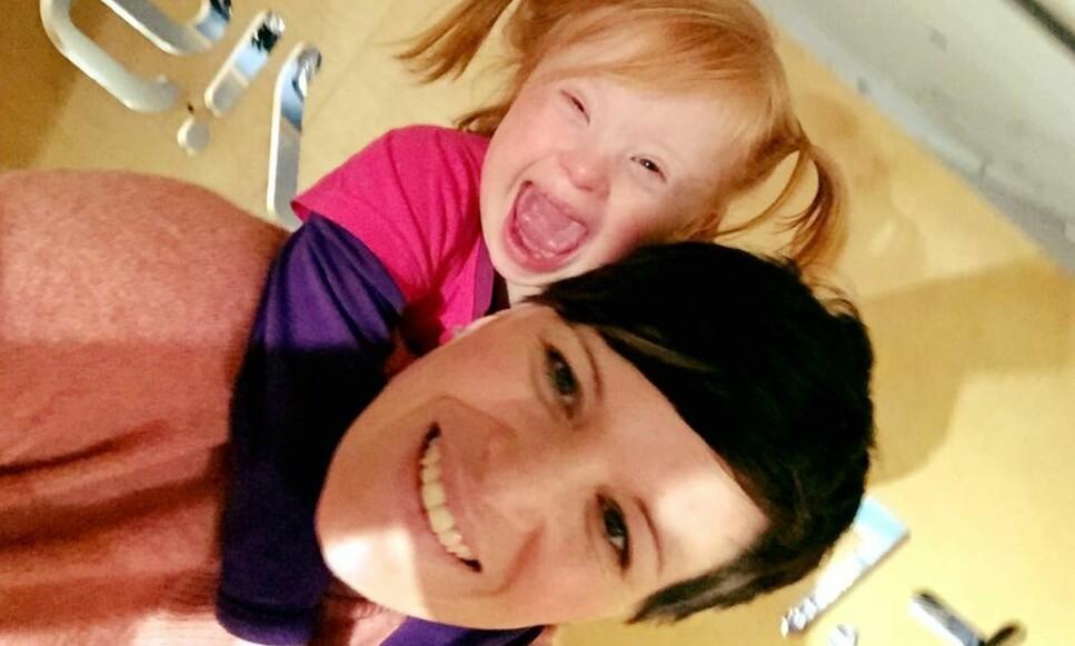 MAMMA: Ina Pettersen sier hun hadde tatt abort dersom hun fikk vite at fosteret hadde Downs syndrom. Nå er hun glad for at hun aldri fikk vite om det da hun var gravid med datteren Hennie (4). Hennie har Downs syndrom. Foto: Privat