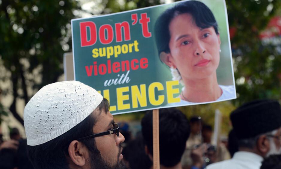 FALMENDE FREDSPRISVINNER: Indiske muslimer i New Dehli protesterer mot Aung San Suu Kyis rolle i forfølgelsen av rohingyaer i Myanmar. Foto: AFP/NTB