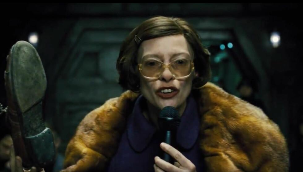 DIKTATOR: Tilda Swinton som kvinnelig diktator i filmen «Snowpiercer». Foto: Skjermdump Snowpiercer, Universal Pictures Ireland.