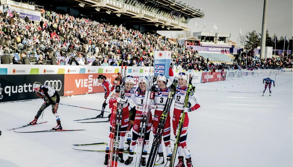 FIREDOBBELT: Astrid Uhrenholdt Jacobsen (f.v.), Heidi Weng, Marit Bjørgen og Ragnhild Haga tok like godt de fire første plannene på den avsluttene tremil i Lahti-VM. Foto: Bjørn Langsem