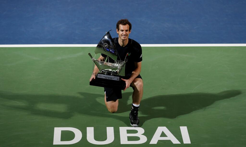 BEVISET: Andy Murray med pokalen etter at han beseiret Fernando Verdasco. Foto: NTB Scanpix