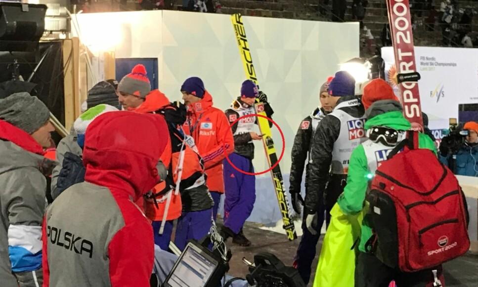 PÅ TASTER'N: Daniel-André Tande var mest opptatt av telefonen i minuttene etter at Norge hadde vunnet sølv i lagkonkurransen. FOTO: TORE ULRIK BRATLAND