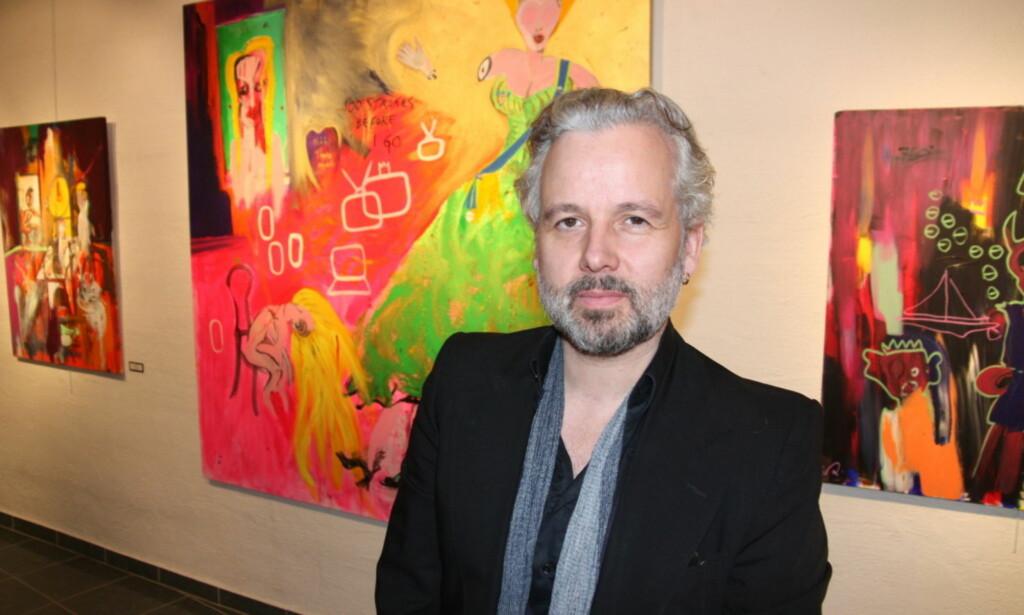 IVRIG MALEPERIODE: Ari Behn er for tiden aktuell med salgsutstillingen «Kabal» som vises på flere gallerier i Norge. Her er han foran sitt maleri «100 strokes before I go». Foto: Sølve Hindhamar, Seoghør.no