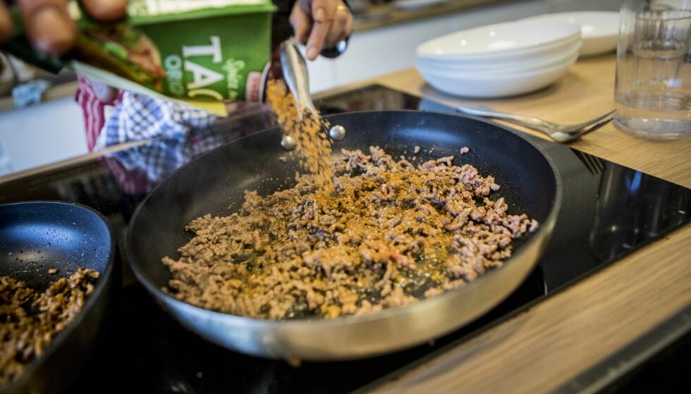 KRYDRET: Med tacokrydder på var vegetardeigen penere å se på - og det var ikke like åpenbart at det ikke var kjøttdeig vi smakte på.