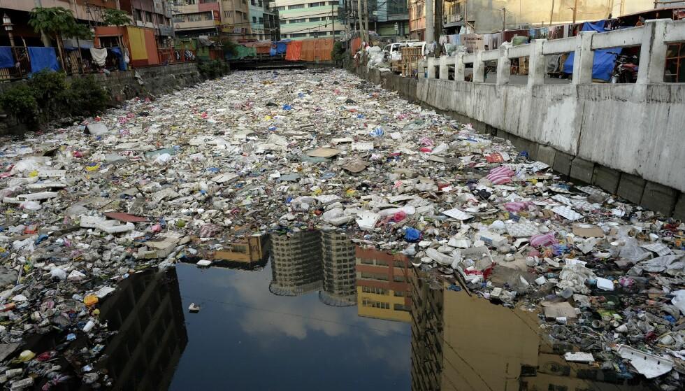 ELV AV PLAST: En plastfylt elv i Manila på Filippinene, fotografert i januar i fjor. Ifølge en rapport fra World Economic Forum vil mengden plast i havet vært større enn mengden fisk innen 2050, hvis utviklingen fortsetter som i dag. Foto: AFP PHOTO / NOEL CELIS