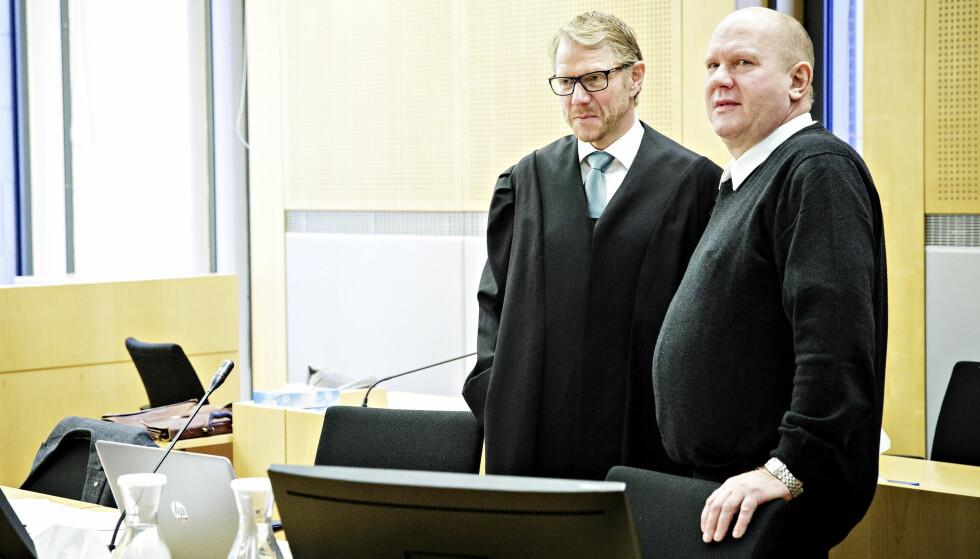 TILTALT: Pensjonert orlogskaptein, Bjørn Stavrum står tiltalt for korrupsjon. Her er han sammen med sin forsvarer Kim Ellertsen.  Foto: Nina Hansen / Dagbladet