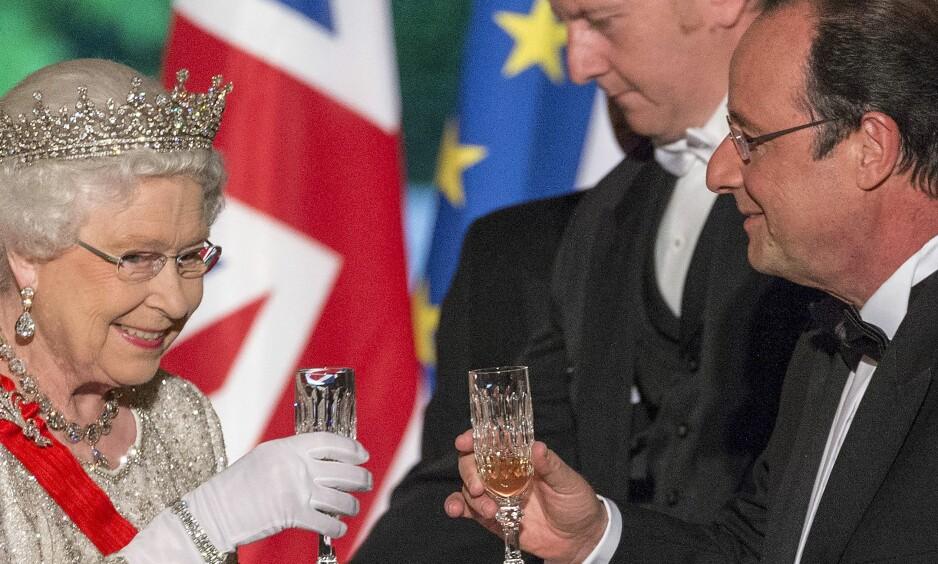 SKÅL FOR LIVET:  Ifølge niesen drikker dronning Elizabeth ett glass sjampis hver kveld. Her fra et møte med Frankrikes president Francois Hollande. Foto: NTB SCANPIX