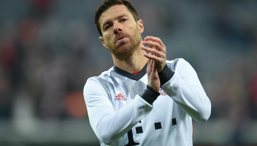 TAKKER FOR SEG: Bayern Münchens stjernespiller Xabi Alonso. Foto: AFP PHOTO / Christof STACHE / NTB Scanpix