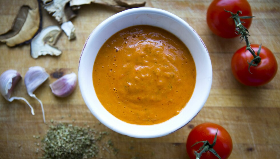 PIZZASAUS: Den kan lages av ferske tomater, hvitløk, oregano, litt tørket sopp og litt olivenolje. Men, alle kokker har sin måte å lage pizzasausen på.