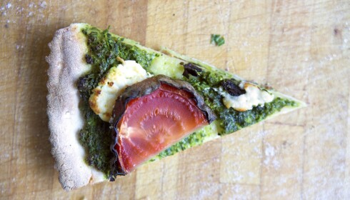 GRØNN PIZZA: Pizza med rødbeter og chevre og grønn bunn.