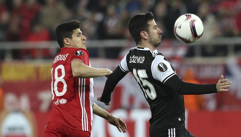 DUELL: Tarik Elyounoussi i duell med Besiktas-spiller Georgios Karaiskakis i Europa League torsdag kveld. Foto: NTB Scanpix