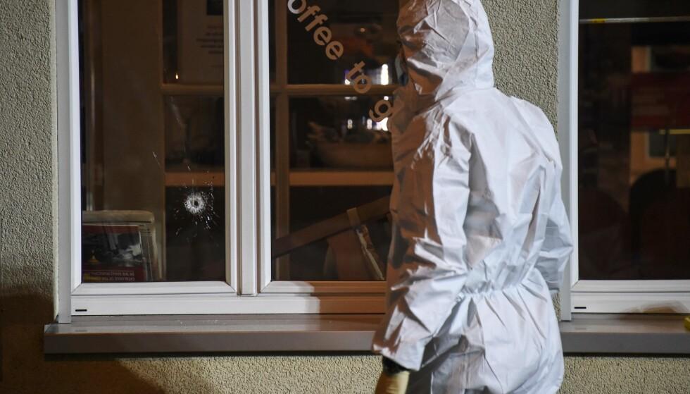 SKUDDHULL: Skuddhullet i ruta forteller om de dramatiske hendelsen på Cafè 56 i Basel torsdag kveld. Foto: AFP PHOTO / Sebastien Bozon / NTB scanpix