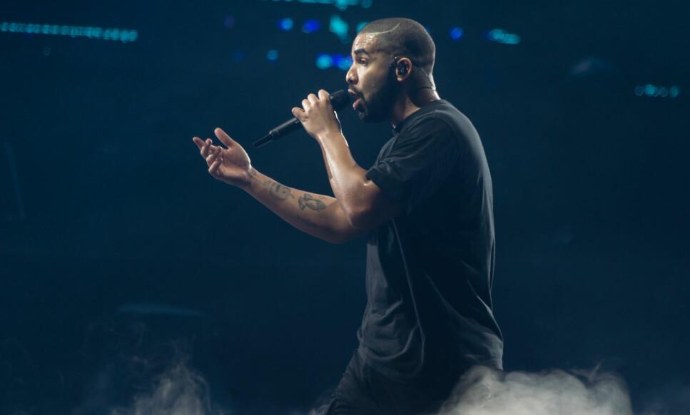 SPANDABEL: Drake er for tida travelt opptatt med musikken og reiser verden rundt med The Boy Meets World Tour. Da han gjestet Stockholm forrige uke, tok han seg imidlertid en liten pust i bakken på den svenske restauranten Bardot. Foto: NTB Scanpix