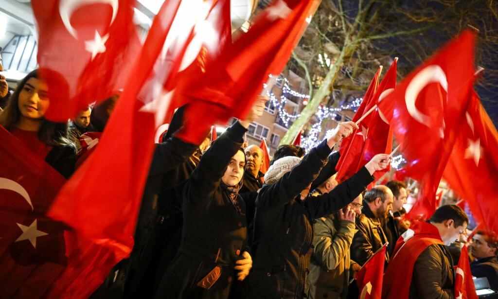 - PÅGREPET: En tyrkisk minister er pågrepet av politiet i Rotterdam etter å ha blitt stanset av nederlandsk politi på grensen mot Tyskland, melder NTB. Her venter tyrkiske statsborgere i Rotterdam på ministeren for å ønske henne velkommen. Foto: Reuters / NTB Scanpix