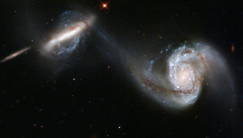 DRAR I HVERANDRE: Arp 87, også kjent som NGC 3808, består av de to galaksene NGC 3808A og NGC 3808B som drar i hverandre med gravitasjonskrefter. Foto: AP Photo/NASA-ESA