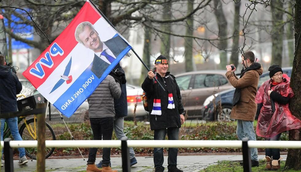 I VINDEN: En nedelandsk Geert Wilders-sympatisør protesterer foran den tyrkiske ambassaden i Haag 8. mars i år. I morgen går nederlenderne til valgurnene, og Wilders høytrepopulistiske parti PVV leder på meningsmålingene. Foto: AFP PHOTO / EMMANUEL DUNAND