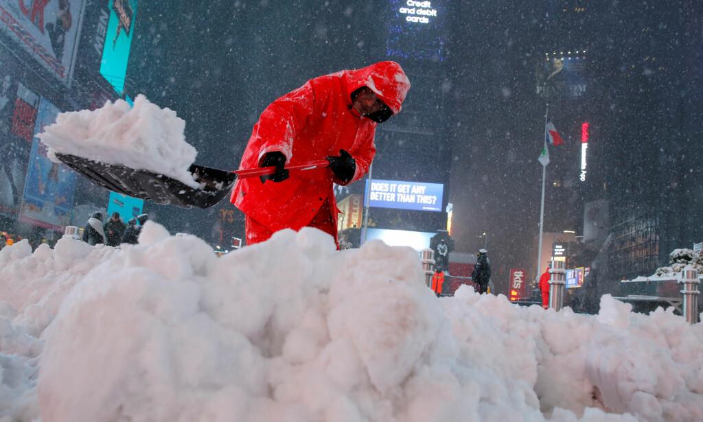 TIMES SQUARE, MANHATTAN KL. 05 LOKAL TID TIRSDAG - 10 NORSK TID: snøværet er i gang, New York og store områder nordøst på vei til å bl8i lammet av en halvmeter snø i løpet av noen timer. Foto: Andrew Kelly, Reuters/NTB Scanpix.
