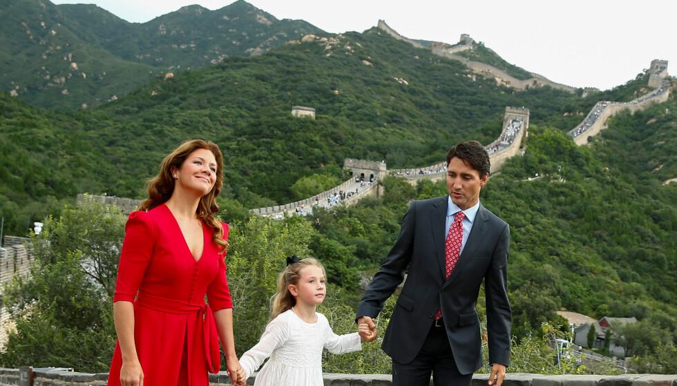 <strong>SJARMERTE SOPHIE:</strong> Justin Trudeau har vært gift med Sophie Grégoire i snart 12 år. Her med datteren Ella-Grace på den kinesiske mur i 2016. Foto: Thomas Peter/Reuters/NTB scanpix
