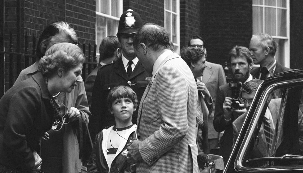 <strong>I LONDON:</strong> Justin Trudeau (midten) sammen med den britiske statsministeren Margaret Thatcher (t.v.) og faren, Canadas statsminister Pierre Trudeau, utenfor 10 Downing Street sommeren 1980. Foto: Lawrence Harris/ AP/ NTB scanpix