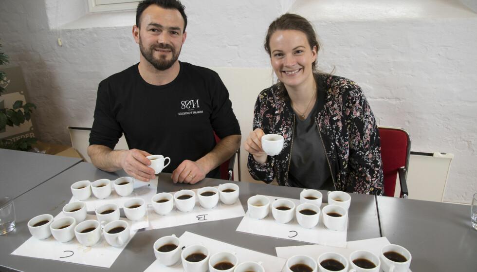 TESTPANEL: Simo Kristidhi og Ingrid Aas i gang med blindsmakingen av filtermalt kaffe.