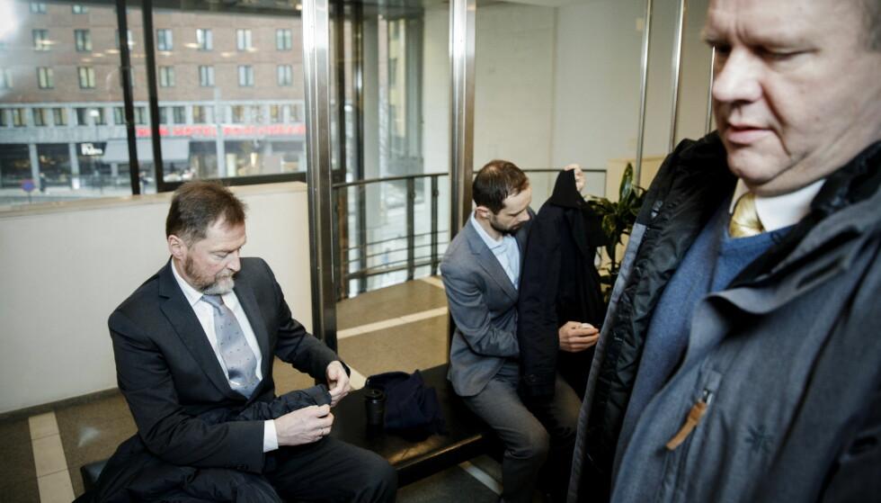 MØTE: Odd Stein Melsæter (t.v.) var Forsvarets salgssjef og møter som vitne i korrupsjonssaken mot pensjonert orlogskaptein Bjørn Stavrum (t.h). Her møtes de to på gangen utenfor sal 207 i Oslo tingrett. Foto: NIna Hansen