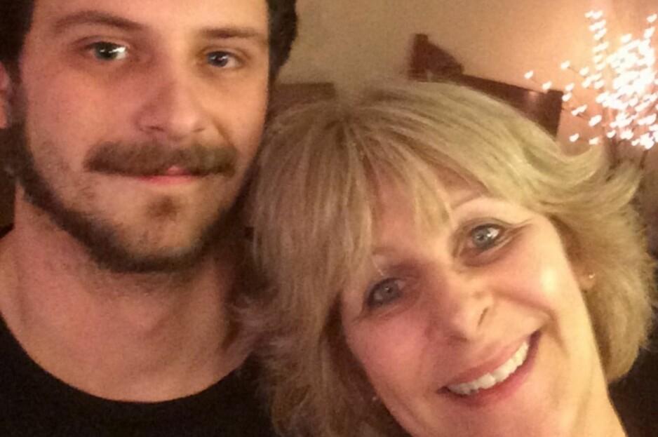 MÅ DRA: Alexander Prue (24) reiser til USA på torsdag, etter å ha fått avslag på søknad om familiegjenforening i Norge. Her sammen med mor Tove Prue. Foto: Privat
