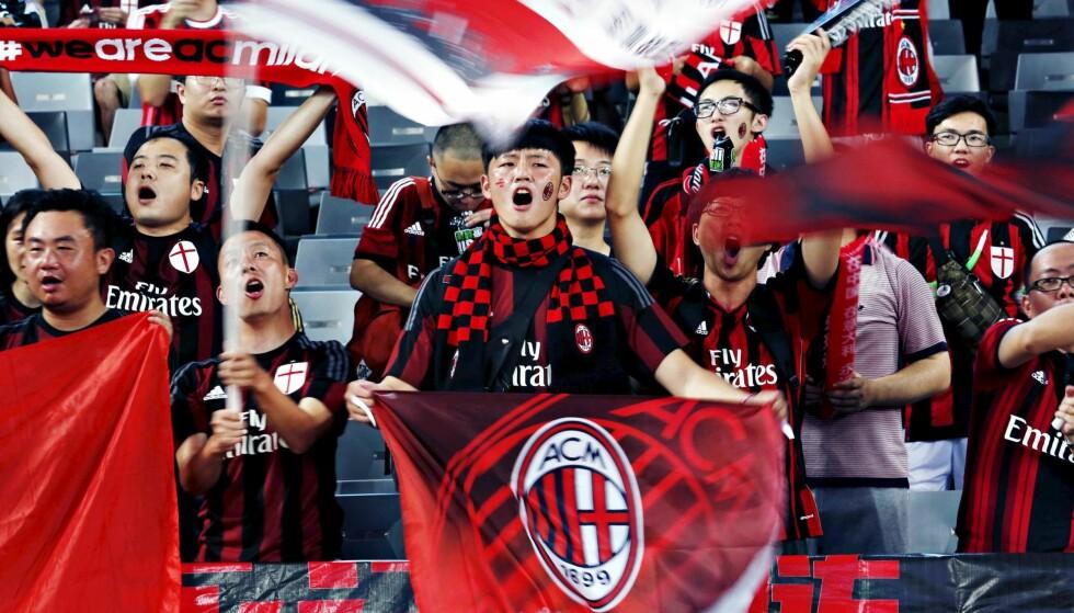 POPULÆRE I KINA: Gjennom mange år har AC Milan bygd opp en stor supporterskare i Kina. Foto: Reuters / Bobby Yip / NTB Scanpix