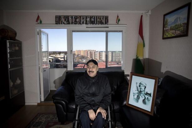 TAKKNEMLIG: - Det er ikke svenskenes feil, sier Selah Sheshe om de sosiale problemene i forstedene. Han er takknemlig for at Sverige tok ham imot etter å ha blitt skutt i hjemlandet da han var kurdisk geriljasoldat. Bildet til høyre for ham viser ham selv i 20-åra. Foto: Tomm W. Christiansen / Dagbladet
