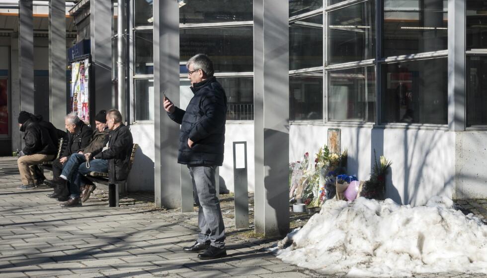 ET MINNESTED: Blomster og lys står i et hjørne av Husby torg for å minnes et dødsfall. Foto: Tomm W. Christiansen / Dagbladet