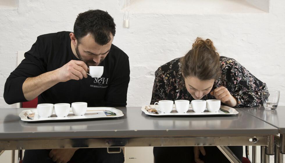 DUFTEN AV KAFFE: Kaffens aroma er også viktig for smaksopplevelsen. Her lukter Simo og Ingrid på fire av kaffetypene som står på flest norske frokostbord.