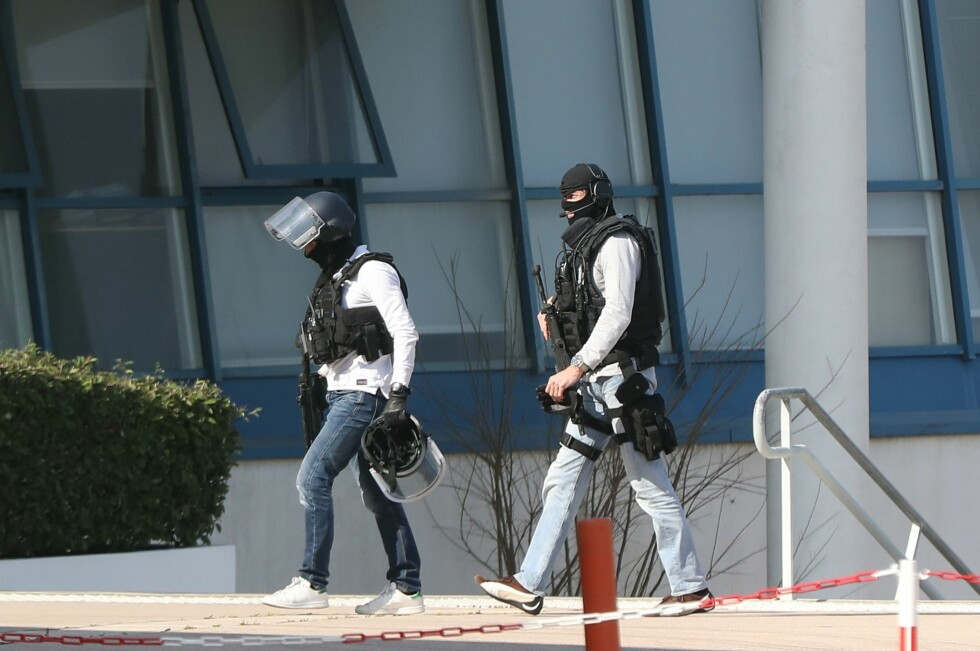 Armed French policemen wearing bulletproof jacket walk at the Tocqueville high school in the southern French town of Grasse, on March 16, 2017 following a shooting that left two people injured. At least two people were injured in a shooting at a high school in the southern French town of Grasse on March 16, 2017 which saw the head teacher targeted, police and local authorities said. One 17-year-old pupil armed with a rifle, two handguns and two grenades was arrested after the shooting at the Tocqueville high school, a police source told AFP, asking not to be named. / AFP PHOTO / Valery HACHE