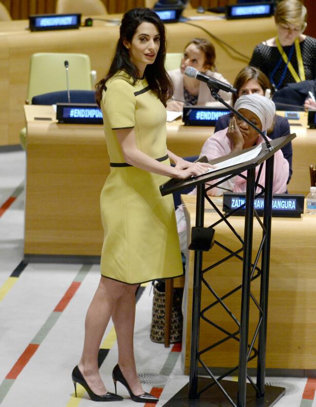 I FN: Advokat Amal Clooney taler i FNs hovedkvarter den 9. mars. En rekke medier var mest opptatt av kjolen og hælene hun var iført. Foto: Drew Angerer/Getty Images/AFP/ NTB Scanpix