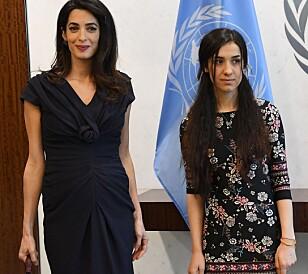 MOTEFOKUS: Da Amal Clooney og Nadia Murad møtte FNS generalsekretær den 10. mars, skrev Daily Telegraph godord om den draperte kjolen til Clooney. Foto: Agela Weiss / AFP / NTB scanpix