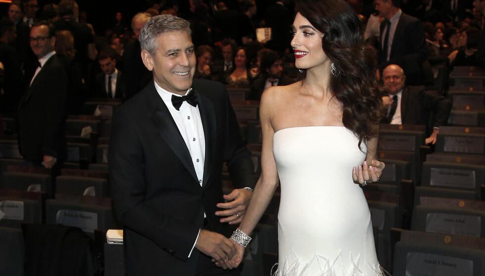MASSIV OPPMERKSOMHET: George og Amal Clooney er et mektig par som er svært politisk engasjert, men nå er mange mest opptatt av tvillingene stjerneadvokaten er svanger med. Foto: AP / NTB scanpix