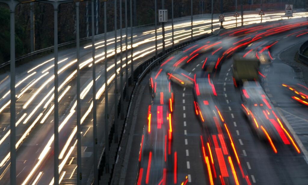 TRUER: En mann er tiltalt for fire drapsforsøk etter at han slapp en betongblokk fra en bro over motorveien på en passerende bil. I retten i dag truet han en av de overlevende på livet. Illustrasjonsfoto: REUTERS/Fabrizio Bensch/NTB Scanpix