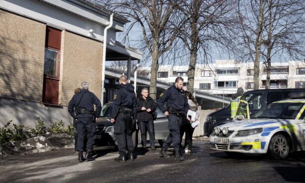 RUNDSPØRRING: Flere naboer Dagbladet snakket med hørte ikke skytingen, men ifølge Aftonbladet var det en nabo som varslet politiet da hun fant to blodige menn. Her er politiet på rundspørring i nabolaget. Foto: Tomm W. Christiansen / Dagbladet
