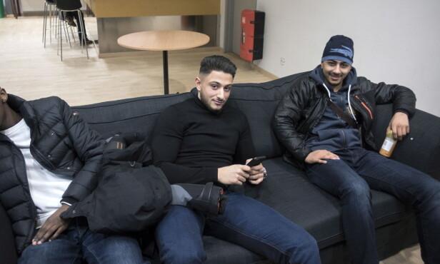 HENGER PÅ KLUBBEN: Billal «Lanzoo» Khodr (18) i midten og Muntather «Monti» Fadhil (16) henger på ungdomsklubben i Rinkeby. Foto: Tomm W. Christiansen / Dagbladet