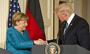 HÅNDTRYKK: Merkel og Trump tok hverandre til slutt i hånda. Her etter pressekonferansen fredag kveld norsk tid. Foto: REX / Shutterstock