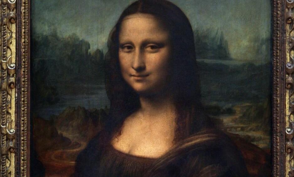MYSTERIET: En ny forskningsrapport viser at Mona Lisa smiler. Leonardo da Vinci brukte 16 år på maleriet som har overlevd i over 500 år og henger i Louvre i Paris. Foto: NTB Scanpix