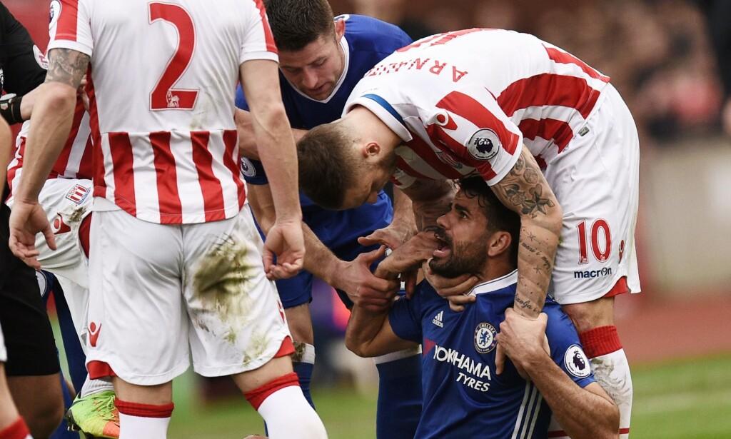 FIKK GJENNOMGÅ: Diego Costa fikk røff behandling av Stoke-forsvarerne gjennom hele oppgjøret. Foto: NTB Scanpix