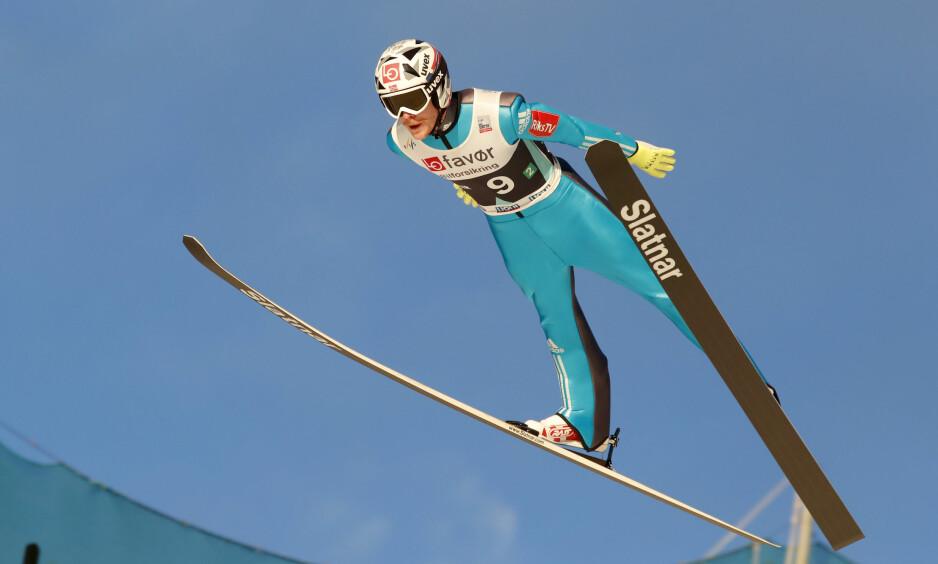 NY REKORD: Robert Johansson svever ned til  252 meter og setter ny verdensrekord i lagkonkurransen Vikersundbakken lørdag. Foto: Terje Bendiksby / NTB scanpix