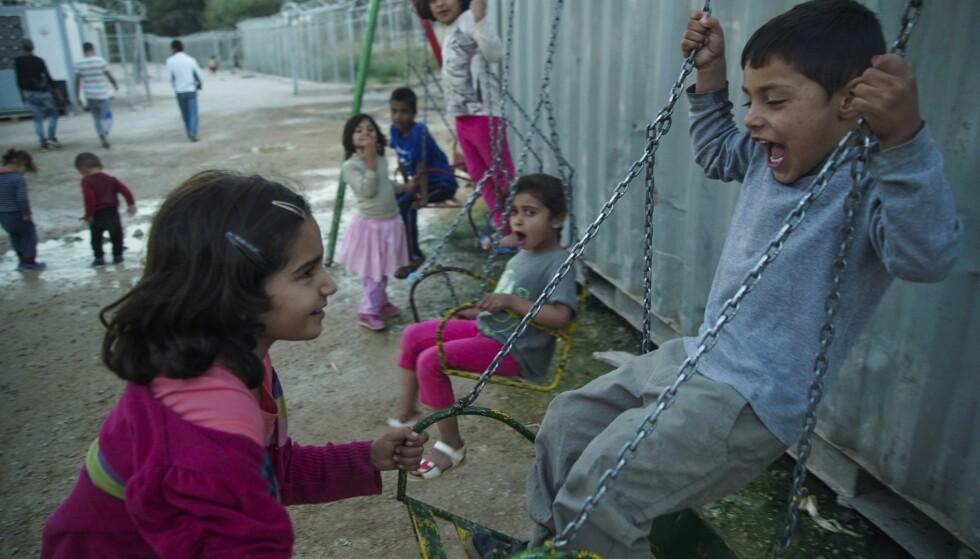 ELENDIGE BOFORHOLD: Barn i en flyktningleir på den greske øya Chios leker. Over 60 000 flyktninger og migranter venter og venter, i et håp om å få søke om asyl et sted i Europa. Men saksbehandlingen i Hellas tar tid. Foto: Mstyslav Chernov / Ap / Scanpix